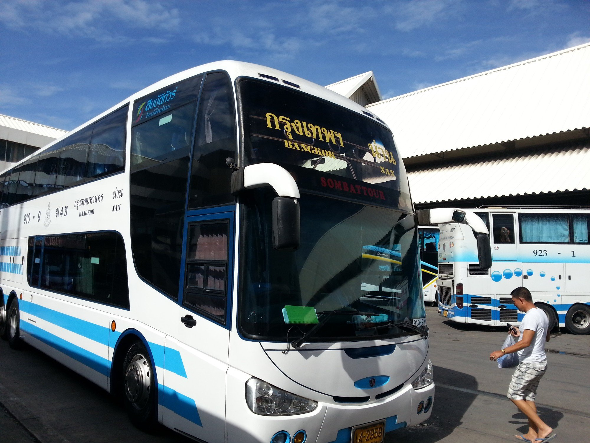 Sueska Tour bus services operate on the Chiang Mai to Nong Bus Lamphu route