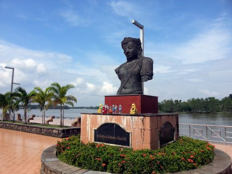Statue on the Tapee River in Surat Thani