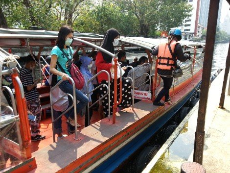 Passengers alighting from a Khlong Saen Saep canal boat